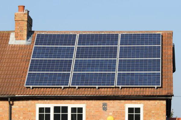 Descubra como fazer um painel solar caseiro e economizar energia