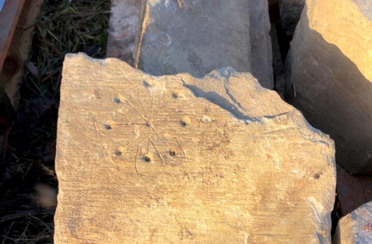 Grafite repelente de bruxa descoberto nas ruínas da igreja medieval do Reino Unido